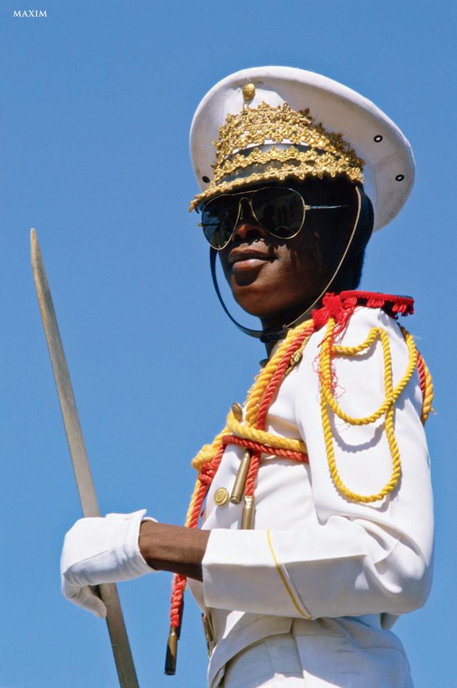 Вряд ли у кого-то повернется язык назвать Гаити мирной страной. Гаитяне всегда найдут повод для вооруженных конфликтов, поэтому их военная форма обычно грязная, камуфлированная и в крови. Но уж если дойдет до парада, гаитяне не отказывают себе в украшениях. Неудивительно, что офицер выглядит как новогодняя елка.