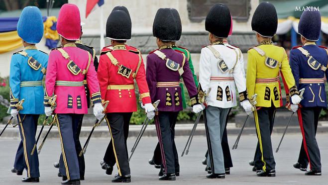Каждому дню недели в Таиланде соответствуют своя планета, свое божество, животное божества и, главное, свой цвет. И разумеется, каждый житель Таиланда знает цвет, соответствующий своему дню рождения. И конечно, он знает, что в неделе семь дней. Тем более непонятно,почему на фотографии девять разноцветных военных. Двое лишних.