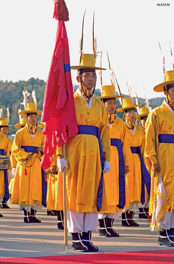 Гардероб королевской гвардии Южной Кореи так же похож на военную форму, как костюм белочки на рясу митрополита. Тем не менее эти мужественные и суровые воины принадлежат к элитным подразделениям и способны решать сложнейшие боевые задачи. Просто они не хотят выставлять это напоказ, поэтому традиционно одеваются в смешные желтые халаты, белые кальсоны и высокие шляпы.