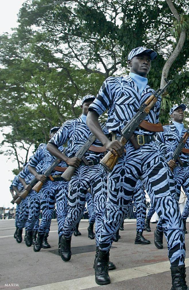 Название столицы Кот-д'Ивуара — Абиджан– на языке эбрие означает «срезанные листья». А они, в свою очередь, символизируют конец междоусобиц. Тем не менее армия у страны все-таки есть, и это она марширует на параде перед президентским дворцом. Оригинальная расцветка позволяет солдатам незаметно слиться со стадом джинсовых зебр.
