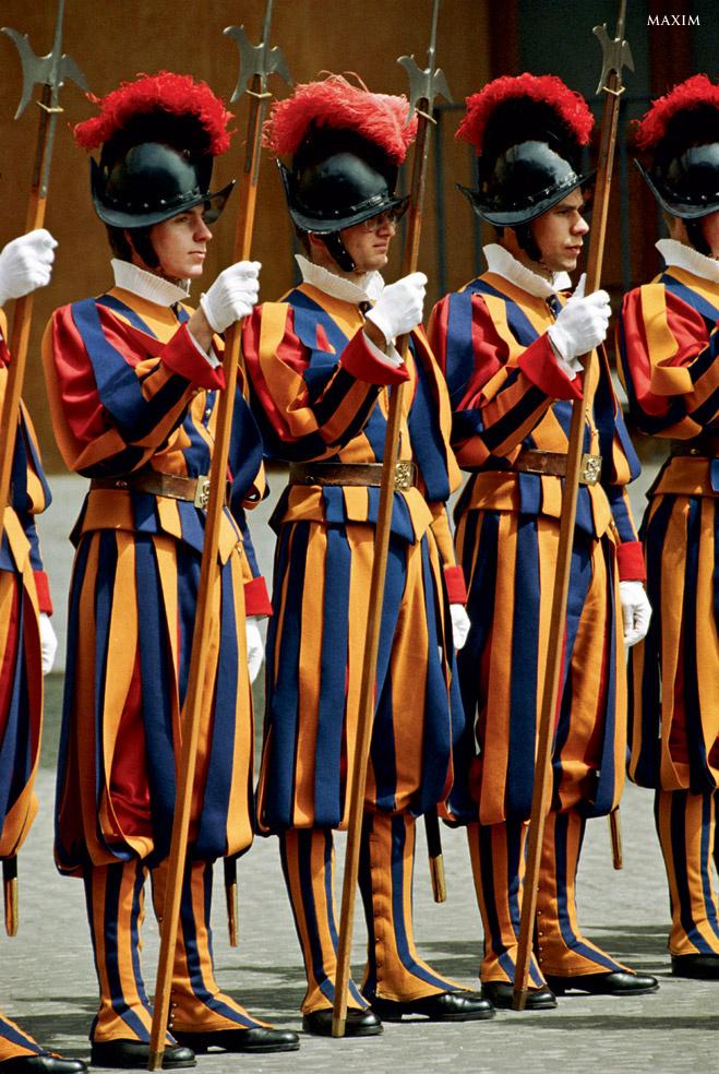 У Ватикана нет своей армии. Поэтому даже такую святыню, как папа римский, охраняет наемный корпус Швейцарской гвардии, основанный аж в XVI веке. Так как гвардейцам-католикам некогда читать модные армейские журналы, форма их, разработанная самим Микеланджело, не менялась уже 400 лет.