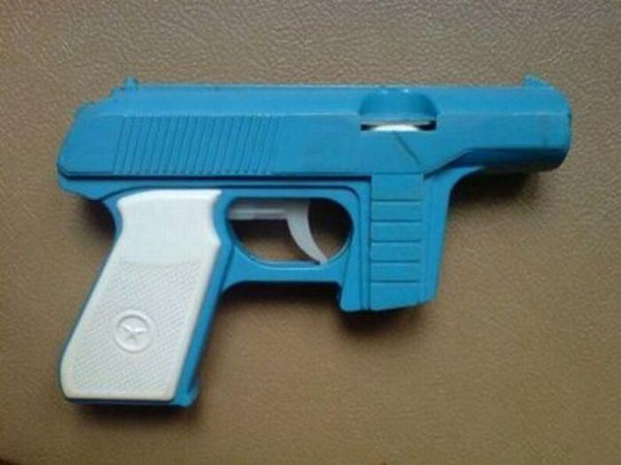 Всё же было и легальное оружие заводского производства. Помните, чем он стрелял?