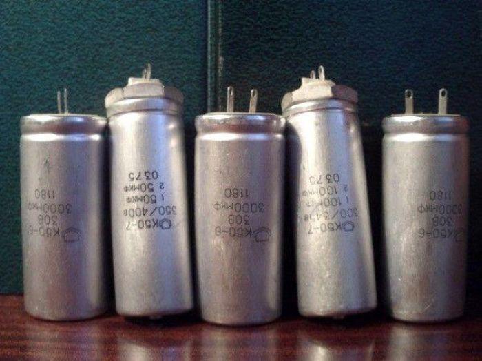 В пятом классе школу захлестнуло повальное увлечение радиодеталями. Ёмкостные конденсаторы от телевизора (2000 Мкф, 100-300В) заряжались от розетки 220 вольт и применялись в качестве электрошокера на товарищах. Детальки поменьше, типа резисторов и диодов, забивались учебником в розетку, что приводило к нормальному такому взрыву со снопом искр.