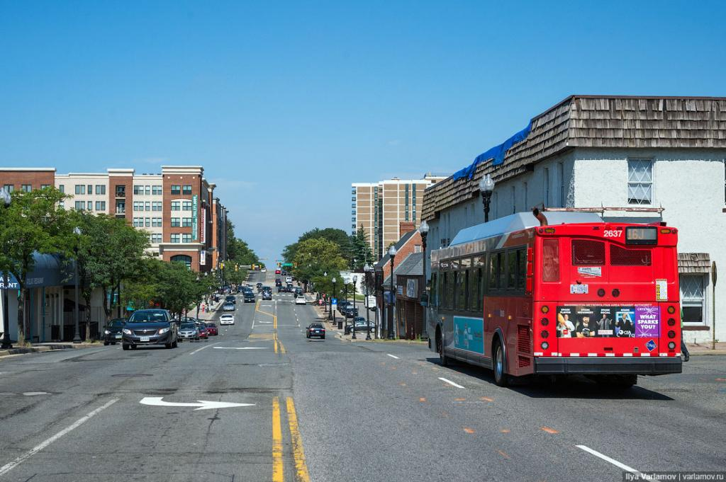 А еще в Арлингтоне хотели построить трамвай. Ветка должна была пройти по главной улице города, которая соединяет Пентагон и пригороды. Пассажиропоток там 18 000 пассажиров в день, что как раз подходит для трамвайной ветки. Это один из самых активных коридоров общественного транспорта Вирджинии.   Трамвай хотели построить не только для того, чтобы решить транспортные проблемы жителей, но и чтобы стимулировать строительство и развитие района. Потому что девелоперы любят трамвай, они не любят автобусы. Автобус сегодня здесь, а завтра его нет, а трамвай – это надолго.   Идея трамвая обсуждается в Арлингтоне уже 15 лет. За это время провели сотни встреч с общественностью, и жители дали добро. Мэрия наняла уже консультантов, начали проектировать трамвайную систему, но...  Здесь надо сделать отступление. Существует деление на Южный Арлингтон, где очень много эмигрантов и малоимущих, и Северный Арлингтон, где живут конгрессмены и очень богатые люди, лоббисты. И в основном север Арлингтона был против трамвая, а юг был за. Северяне не пользуются общественным транспортом. В Арлингтоне они платят большие налоги. Они не хотят, чтобы за их деньги строился трамвай для малоимущих. Конечно, они этого не говорят, они говорят – «Зачем его вообще строить?».  Северяне пропихнули своих людей в городское правление и проголосовали за закрытие проекта! Это был сильный удар по Арлингтону... Сейчас вместо трамвая делают скоростной автобус с расчетом на то, что через несколько лет все же удастся пропихнуть трамвайный проект.   Вот по этой улице должен был идти трамвай!