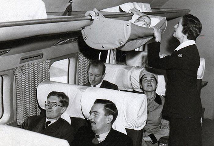 Всего несколько десятилетий назад дети именно так летали на самолётах. 1950-е годы.