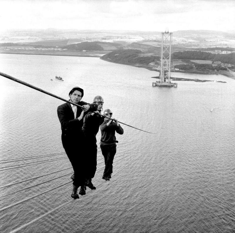 Рабочие на строительстве моста Форт-Бридж-Роуд в Шотландии. 1961 год.
