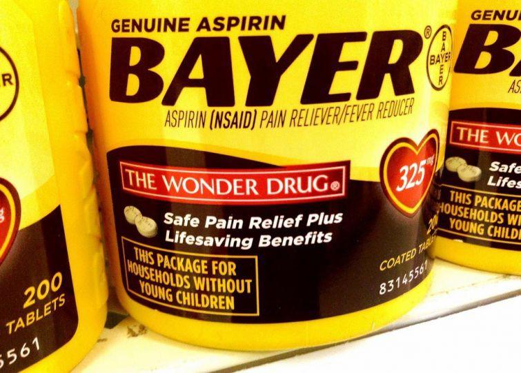 Аспирин содержит ацетилсалициловую кислоту, которая является противовоспалительным средством. Раздавите несколько таблеток и смешайте с водой, чтобы приготовить пасту, которую необходимо нанести непосредственно на место укуса.