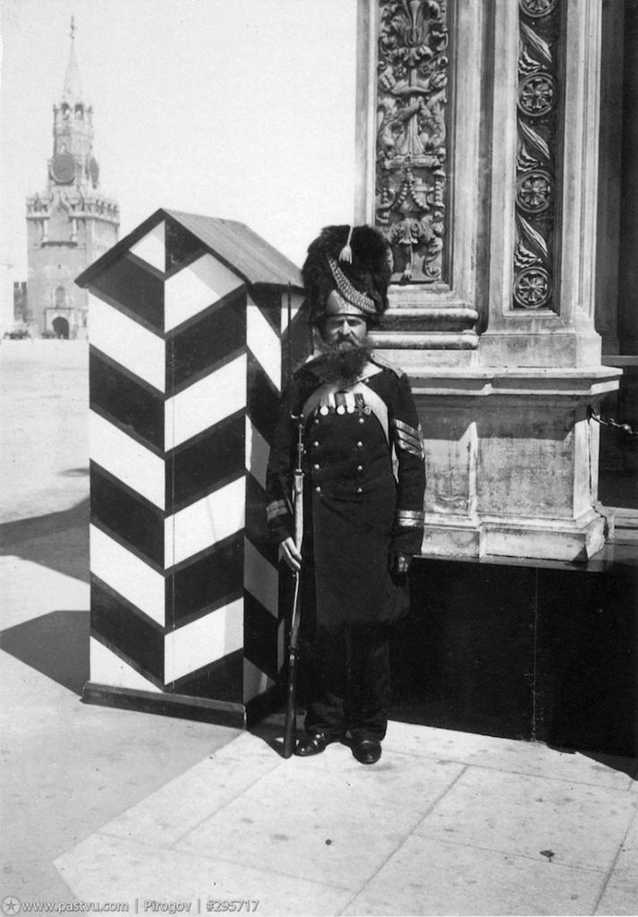 Часовой у памятника Александру II, расположенного в Кремле, на Кремлевском холме. Памятник до наших дней не сохранился, большевики убрали его в 1918 году.