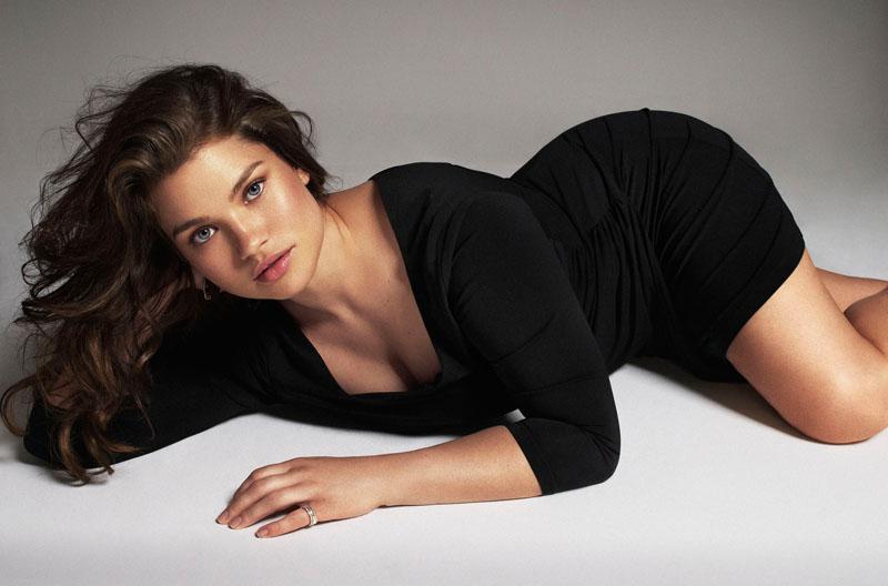 В прошлом году компания H&M провела рекламную кампанию под довольно сомнительным лозунгом «Крупная и красивая». Лицом марки стала Тара Линн — профессиональный лингвист, не имевшая до этого никакого опыта в модельном бизнесе.