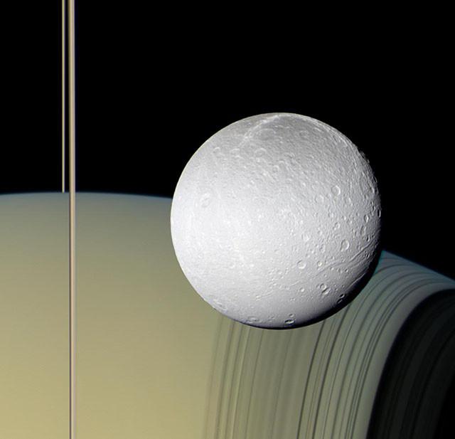 Сатурн, его кольца и естественный спутник Диона