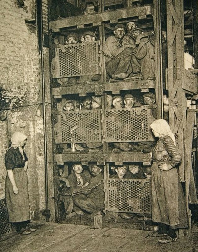 Бельгийские шахтеры в лифте, перед спуском в шахту, 1900 год.