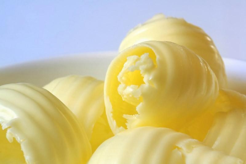 Масло 72,5% нельзя кушать ни в коем случае. Это трансжир — растительное масло низкого сорта, разбитое водородом.Масла меньше 82,5% НЕ БЫВАЕТ. Если не получится найти такое масло, то лучше ешьте растительное. Лучше съешьте две ложки натурального сливочного масла, чем целую пачку или килограмм трансжиров.