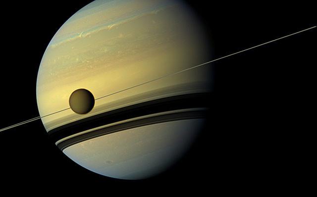 Сатурн и его крупнейший спутник Титан