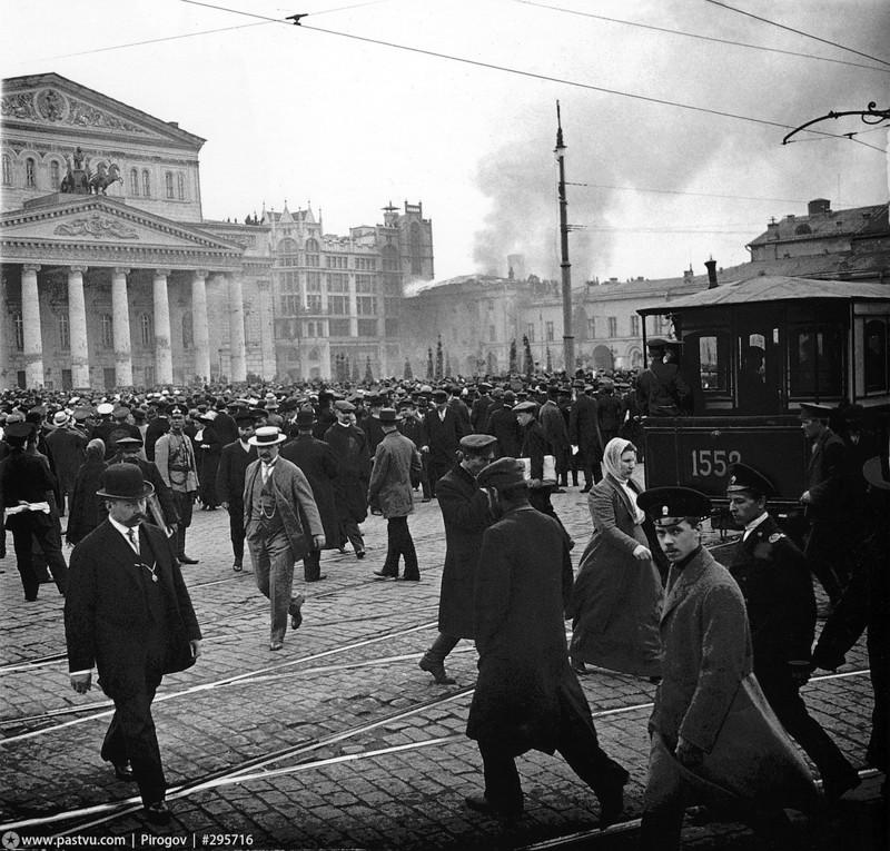 2 мая 1914 года. Горит Малый театр, а зеваки наблюдают. Обратите внимание, как аккуратно уложены трамвайные пути и брусчатка.