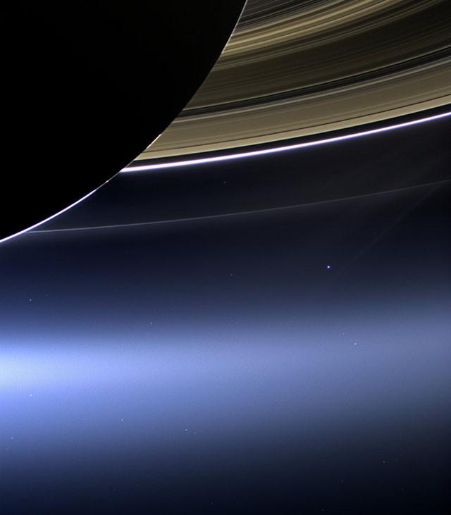 Бледно-голубая точка под кольцами Сатурна – это Земля