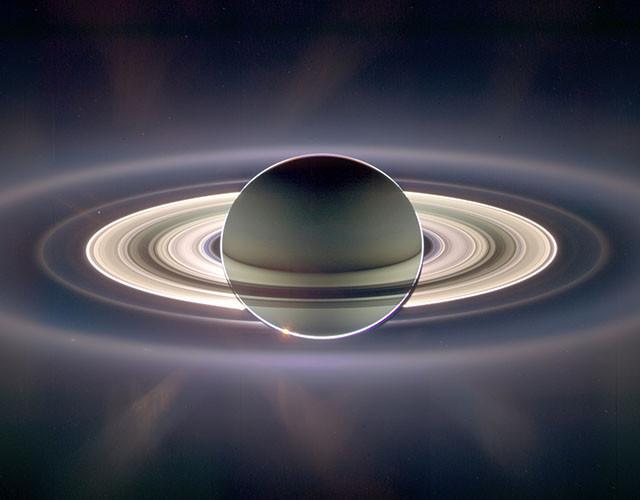 Сатурн проходит перед Солнцем. Это изображение сочетает в себе 165 кадров, снятых в течение трёх часов.