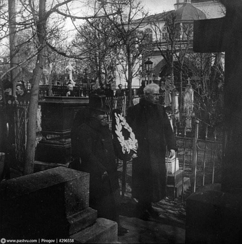 19 марта 1909 г. К.С. Станиславский и В.И. Немирович-Данченко возлагают венок на могилу Гоголя на кладбище Данилова монастыря.