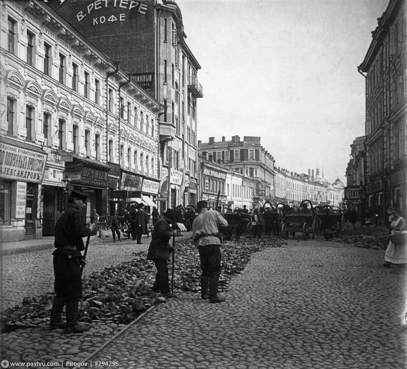 Арбат. Замена путей конки на электрический трамвай, 1908 год.