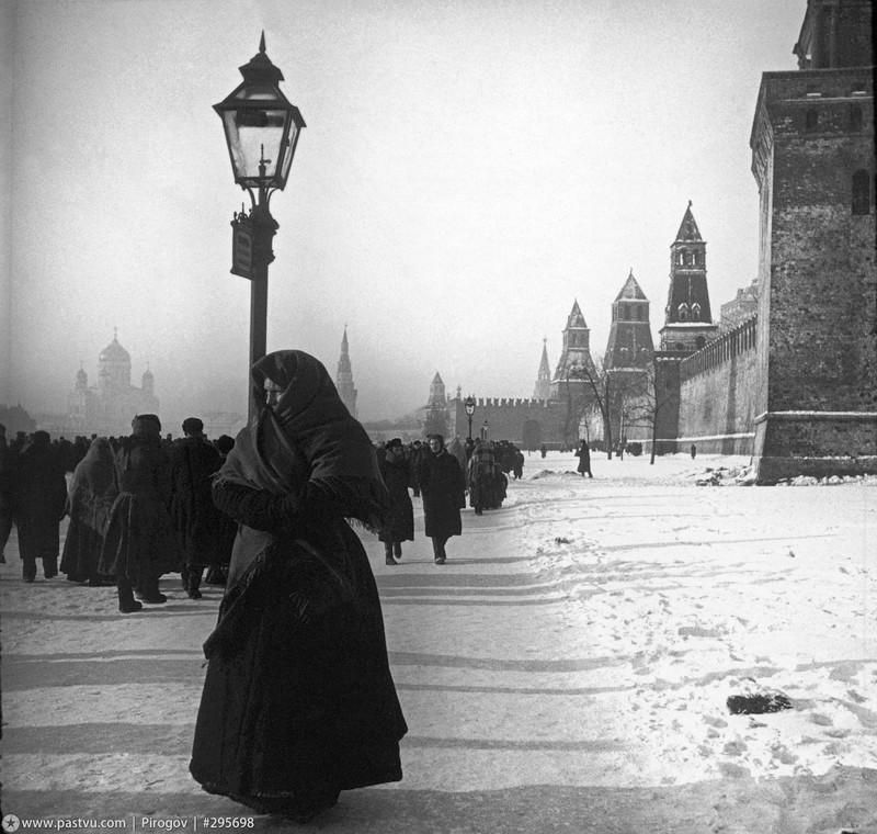 Кремлёвская набережная. За спиной фотографа, на Москворецкой улице, был расположен рынок, этим, по всей видимости, объясняется скопление народа. На заднем плане, с левой стороны, виднеется храм Христа Спасителя.