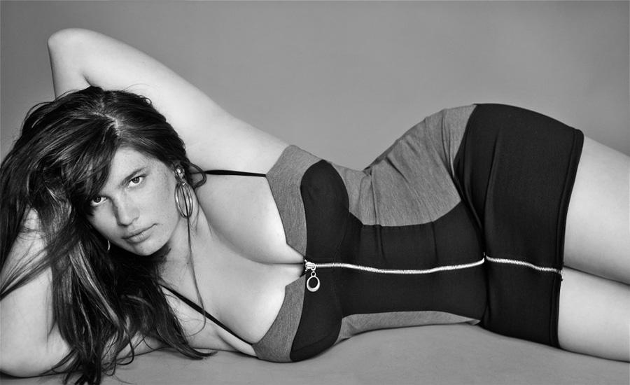 Американская марка American Apparel прославилась своими скандальными рекламными кампаниями, которые радикальная пуританская пресса называет не иначе как «пропагандой педофилии». Тем более странно было увидеть в рядах моделей бренда модель Клемен Дюссо, которая выглядит настоящей мечтой взрослого и состоявшегося мужика.