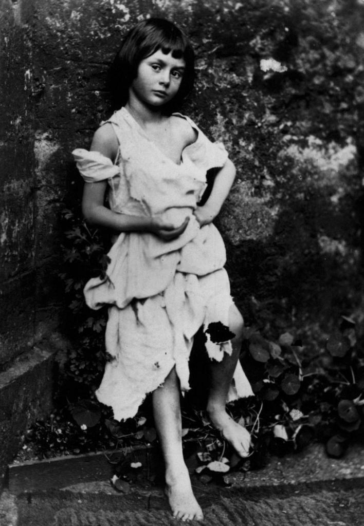 Алиса Лидделл — прототип персонажа Алисы из книг Льюиса Кэрролла.