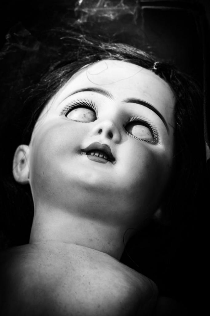 Души кукол: Страшные снимки игрушек, брошенных детьми