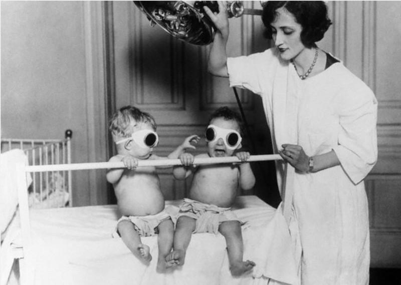 Во избежание рахита, дети зимой получали искусственный загар, 1925 год