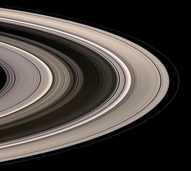 Кольца Сатурна, светящиеся в рассеянном солнечном свете