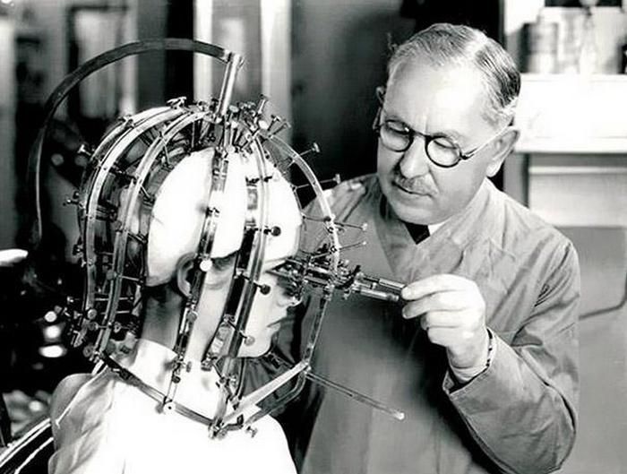 Легенда и новатор в индустрии красоты компания Max Factor создала жуткое устройство, которое использовалось для быстрой коррекции макияжа.