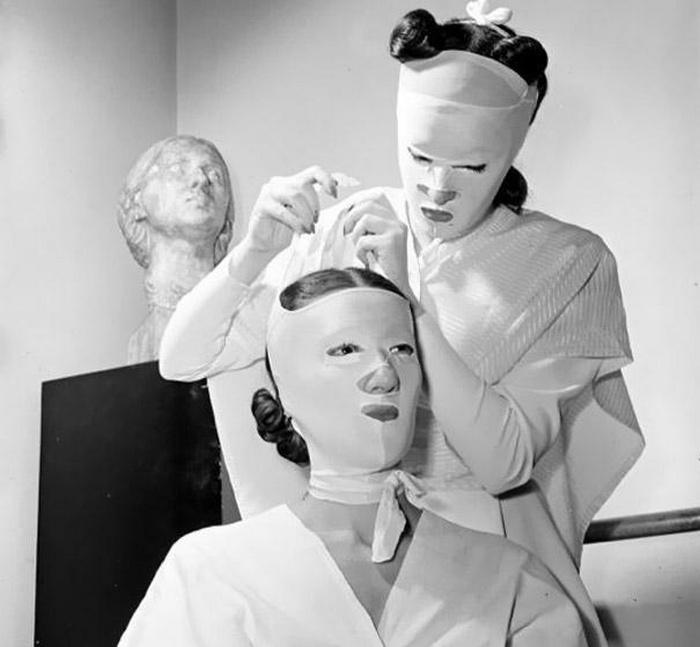 Хелена Рубинштейн была владелицей сети косметических салонов по всей стране, что сделало ее одной из самых богатых женщин своего времени. Она-то и создала эти отталкивающие маски, которые использовались при косметических процедурах.