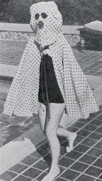 Солнцезащитного крема не существовало до середины 1940-х годов, и любители поваляться на пляже вынуждены были искать способ защитить свою кожу от вредного воздействия солнечных лучей. Поэтому пользовались накидками со встроенными солнцезащитными очками.