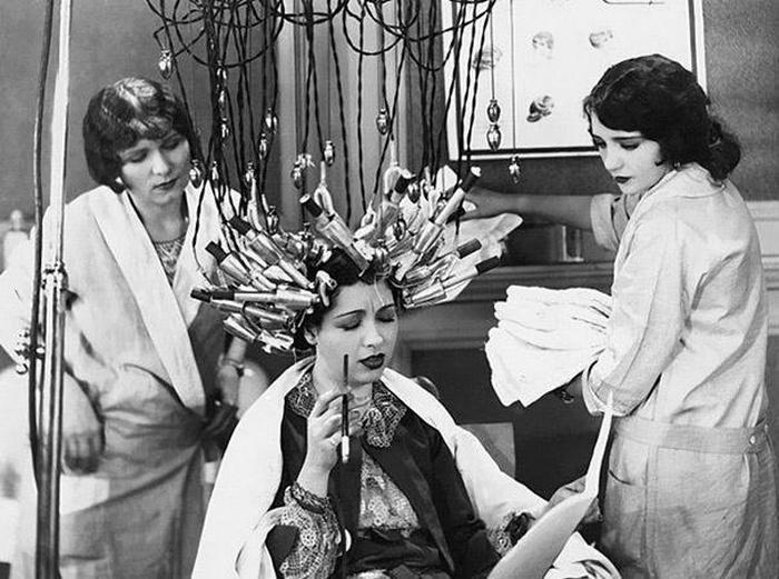 В 30-х и 40-х годах прошлого века были очень популярны блестящие завитые локоны. Чтобы сделать себе такие прически, женщины часами сидели, поместив свои волосы в подобные машины. Что интересно, многие парикмахерские в Японии и Корее до сих пор используют эту технику.