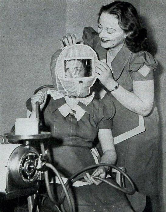 Этот странный герметичный агрегат, который надевался на голову пациенткам, был предназначен, для того, чтобы добиться розового цвета лица за счет снижения атмосферного давления вокруг головы.