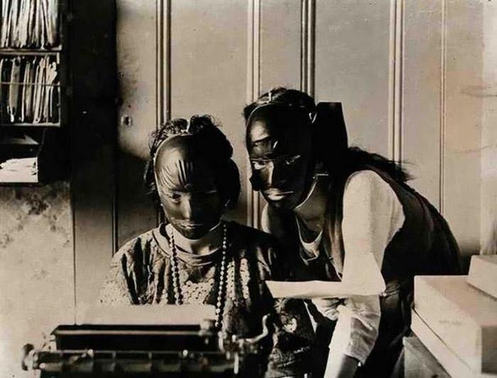 В 20-х годах появились косметические маски из резины, предназначенные для подтяжки и исправления дефектов кожи.