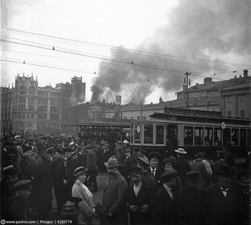 Еще один ракурс. Пожар длился более трех часов, ущерб - около полмиллиона рублей. Сгорели декорации Большого театра и часть декораций Малого.