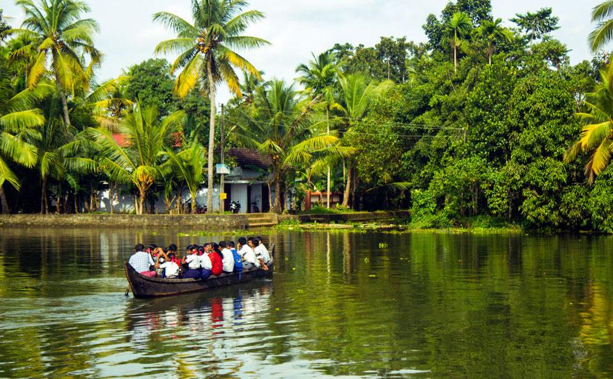Дети преодолевают путь с помощью лодки, Керала, Индия