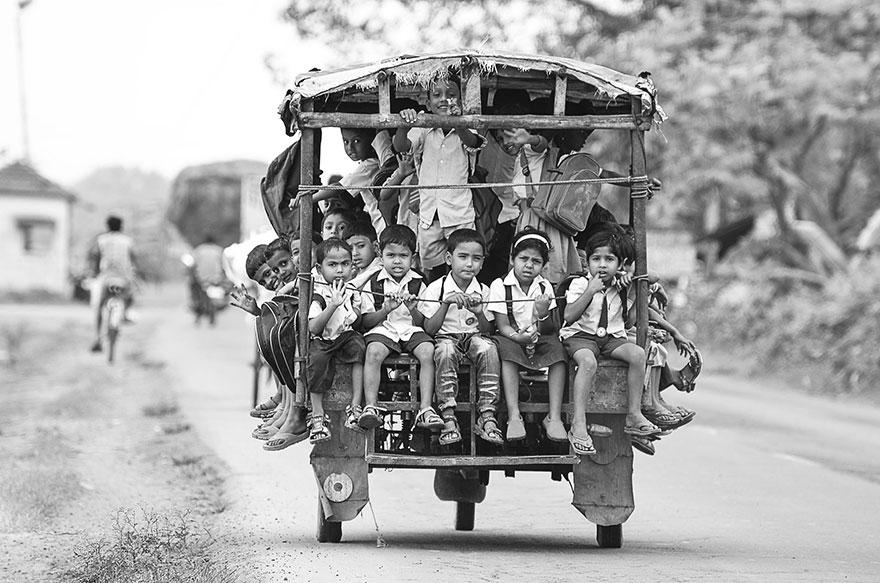 Дети преодолевают дорогу в школу в битком набитом тук-туке, Индия