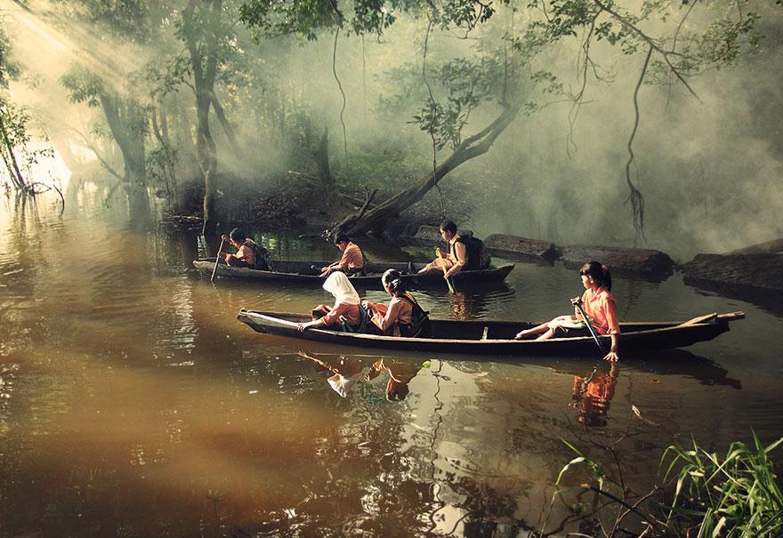 Дети преодолевают путь с помощью каное, Риау, Индонезия