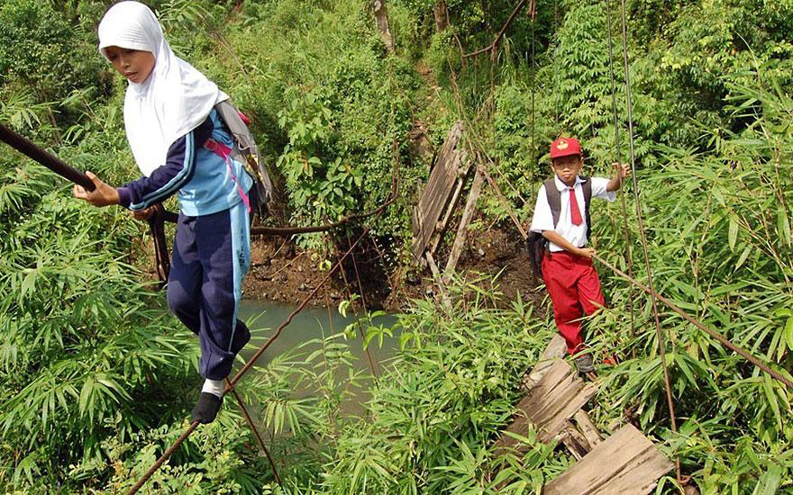 Дорога в школу по мосту в аварийном состоянии, Суматра