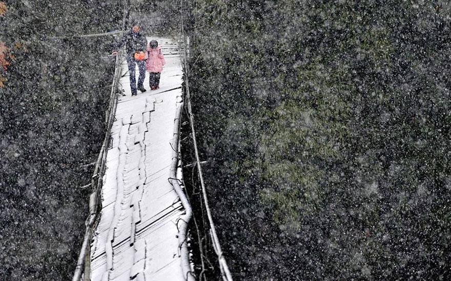 Дорога в школу по мосту в аварийном состоянии, Китай