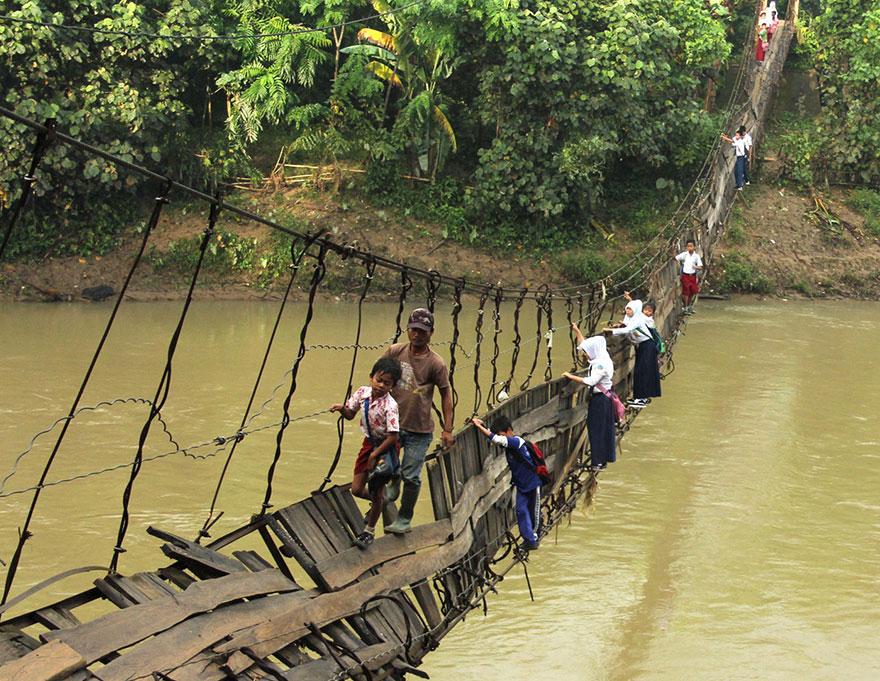 Дорога в школу по мосту в аварийном состоянии, Лебак, Индонезия