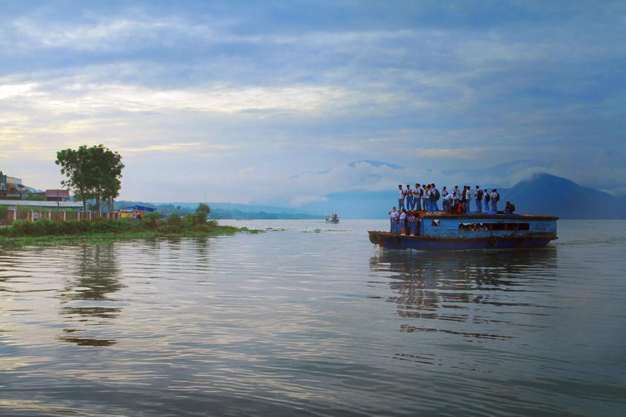 Дорога в школу на крыше деревянной лодки, Индонезия