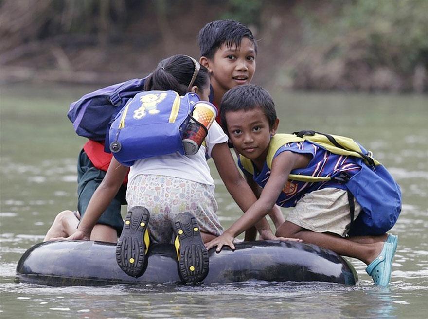 Дети преодолевают реку на накачанной шине, Ризал, Филиппины
