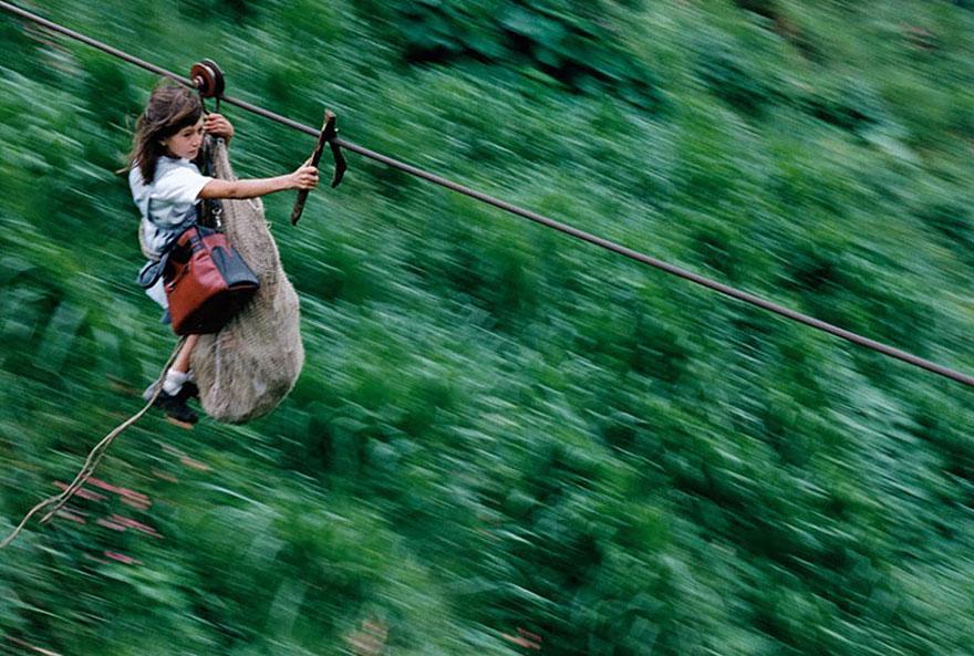 Дети преодолевают 800 м с помощью зиплайнинга над рекой Риу-Негру, Колумбия