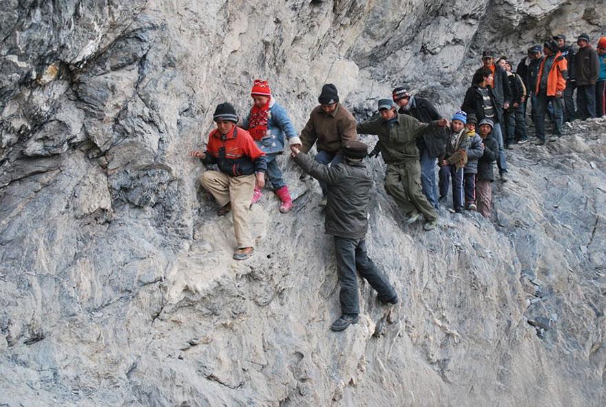 201-километровая дорога в школу-интернат по горам, Пили, Китай