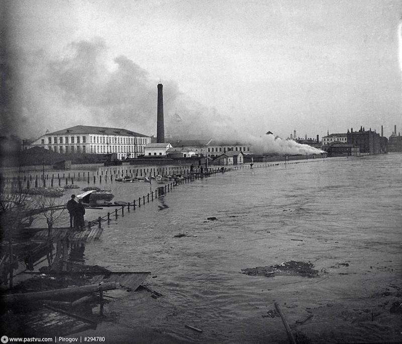 Никольский мост (сейчас на его месте Крымский) и Пречистенская набережная.