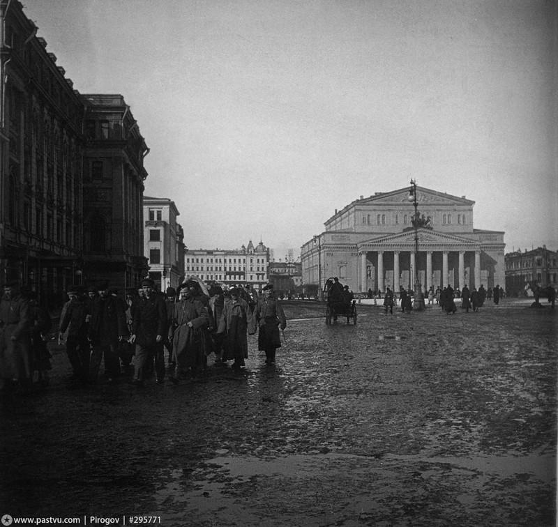 По Театральной площади конвоируют заключенных, 1900-1902 год.