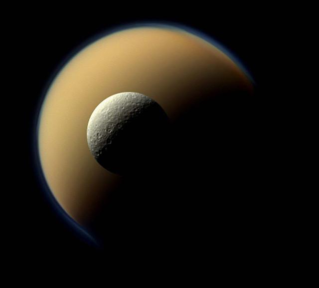 Спутник Сатурна Рея перед другим, самым крупным его спутником – Титаном