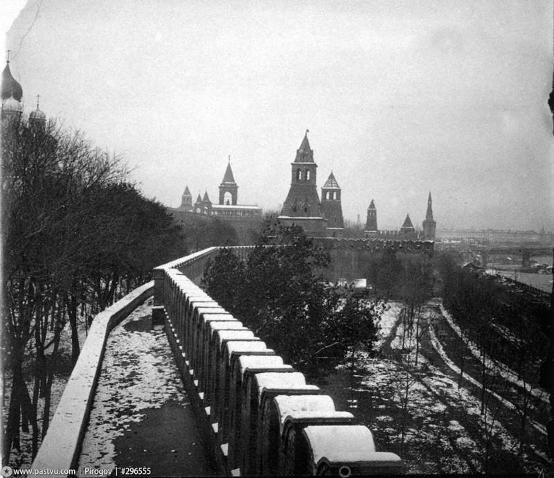 Кремлёвская стена, направление съемки - северо-восток, вдали виднеется Большой Москворецкий мост.