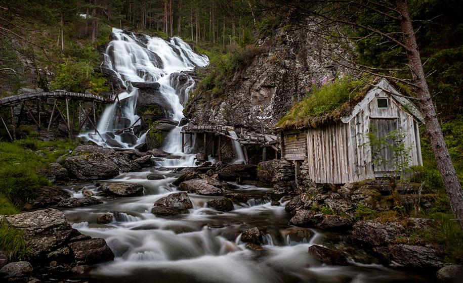У водопада Кведнафоссена